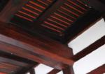 立派な梁。粋な赤色が覗く天井